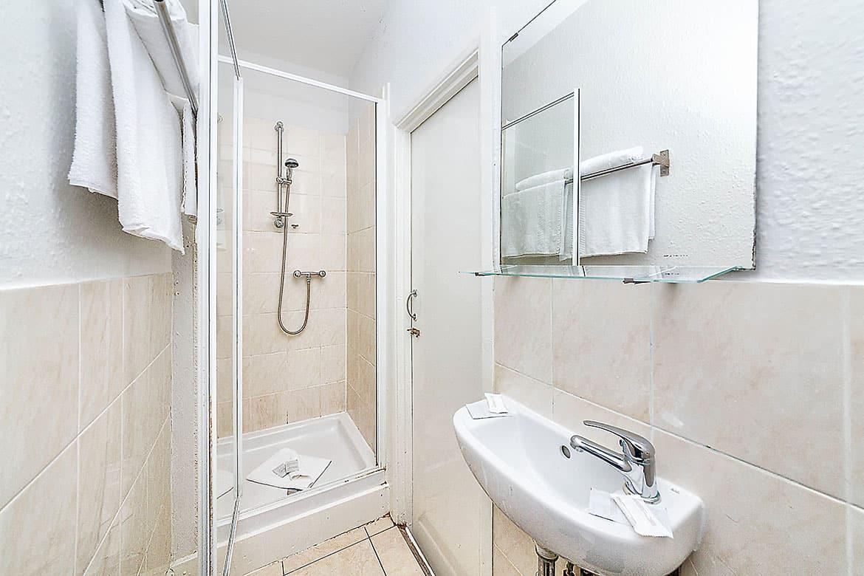Double ensuite bathroom